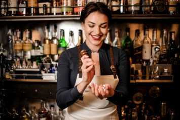 girl pouring drinks